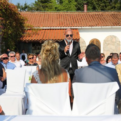 Mark Daviz bei der Moderation der freien Trauung